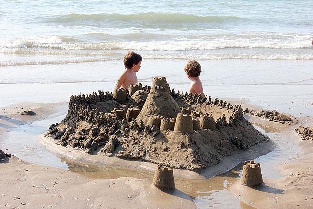 Діти на пляжі на відпочинку в Затоці